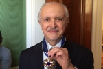 foto_dr-molina-con-medalla_agi_noc-2013_2